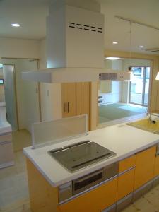 キッチンから畳スペースまで見わたせるアイランドキッチン