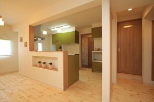 吊戸棚がないタイプで開放的な対面キッチン