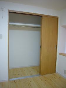 引き戸は建具前にスペースを取らないので、ベッドルームなどに最適