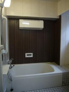 浴槽側はウォールナット色のアクセントパネル