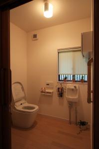 トイレ空間を広く取り、将来の介助も見据えたリフォーム