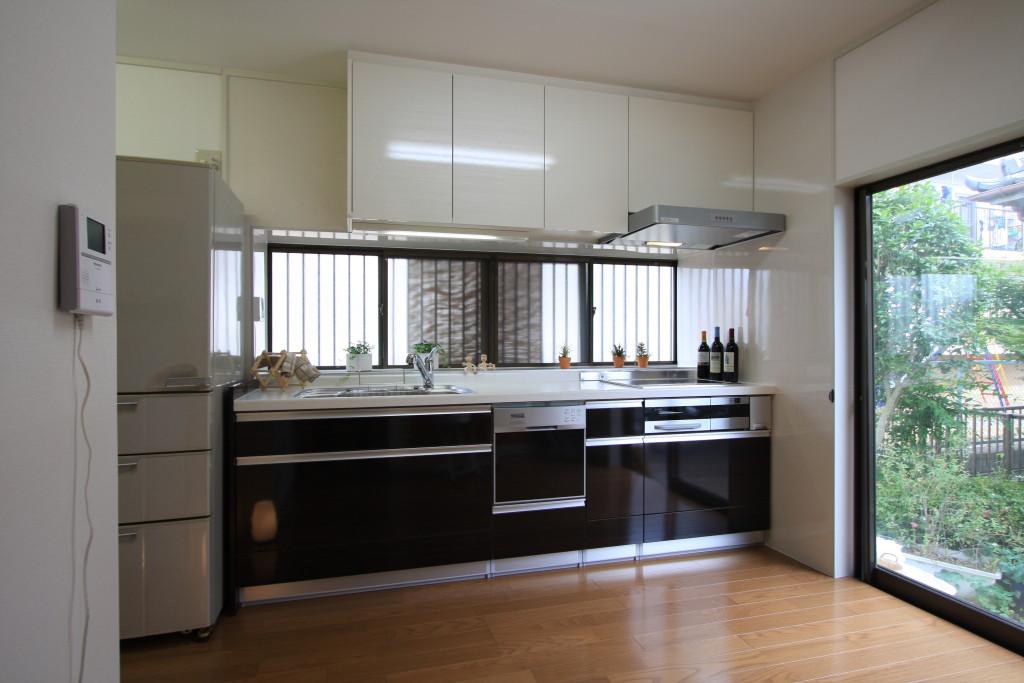 キッチンと吊戸棚のカラーを変えてスッキリと