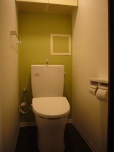 アクセントカラーがポイントのトイレ