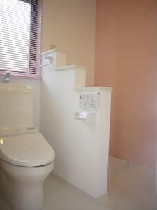 トイレの横に洗濯機スペースを腰壁くらいで圧迫感を減らす