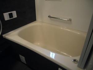 浴槽の奥側に横手すり設置