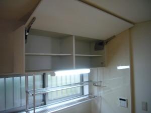 跳ね上げ式の吊戸棚収納