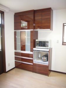キッチンと同じデザインのカップボード収納