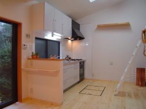 腰壁でリビングから手元が隠せるキッチン