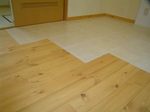 キッチン前はテラコッタタイルで床にアクセント