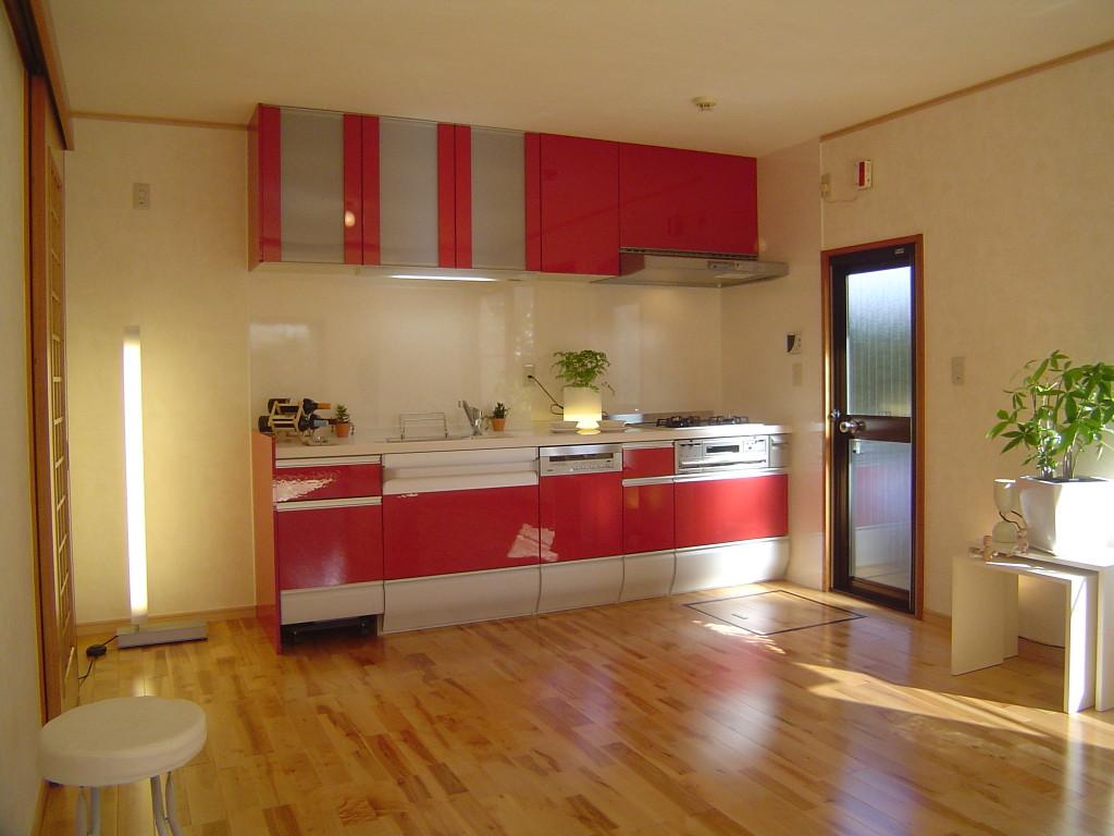 赤が印象的なキッチン