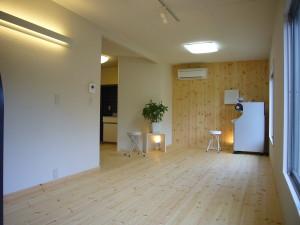 床はパインフローリング 突き当りの壁もパインフローリング仕上