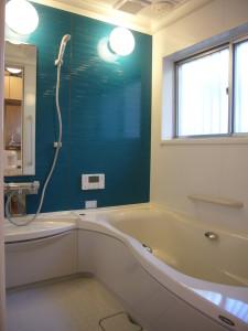 浴槽のまたぎ部分が曲線で入りやすい工夫がされたシステムバス