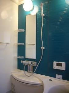 たて型の洗い場のミラー