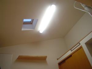 トップライトは壁の窓の3倍の明るさが得られます