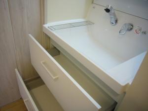2階の洗面化粧台は引き出しタイプ