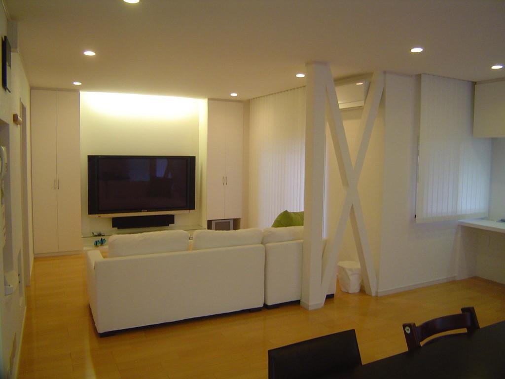 モダンな空間には壁と同色にホワイトカラーの筋交いにしたリビングリフォーム