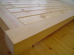 造り付けベッドの床は通風を配慮してスノコ仕上