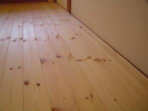 床は無垢パイン材のフローリング