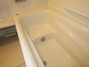 ステップで入りやすい浴槽