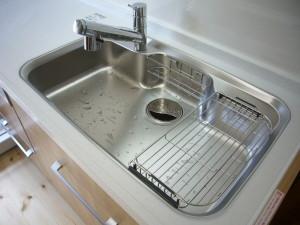 使いやすい可動式の水切りプレート