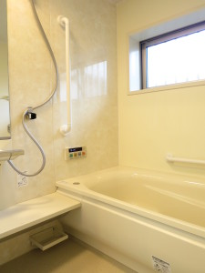 浴槽の前のたて手すりで安全に入浴できます