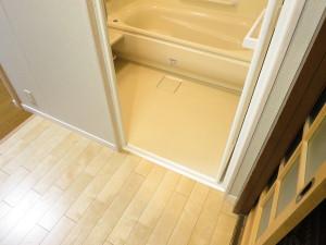 浴室入口は段差なしのバリアフリー