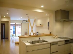 キッチンを明るく見晴らし良くするためオープンの化粧材筋交いにしたキッチンリフォーム