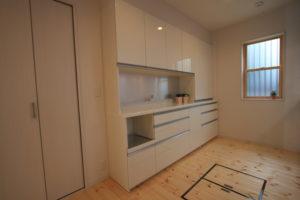 キッチン背面の壁面収納