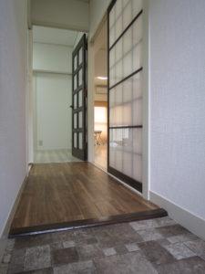 滑りにくいクッションフロアに仕上げた玄関、廊下