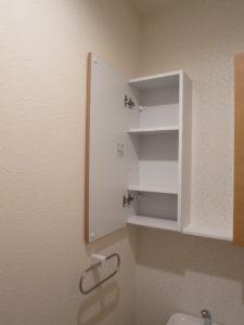 トイレの収納内部、トイレットペーパーなどのストック収納