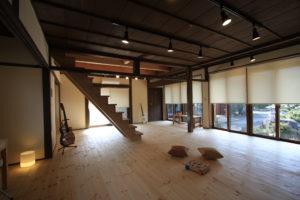 縁側を部屋と一体にするため床をバリアフリー、垂れ壁や欄間の壁をなくし開放的に