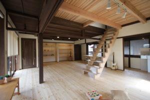 リフォーム前のはしご階段から位置を変えてオープン階段にリフォーム