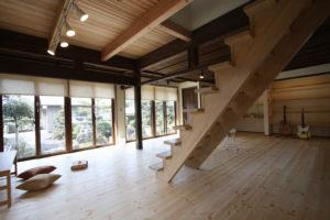 広縁の大開口を部屋に取り込みオープンな空間