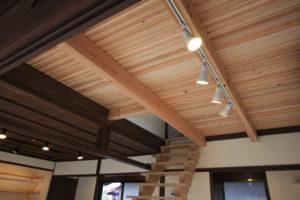 階段の移動にともない新しい構造材の梁と現しの床材