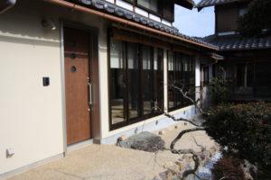 玄関の引き戸を新設、スロープのアプローチで仕上げ