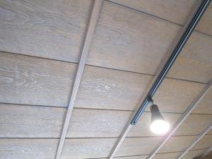 既存の天井板を古色に塗装