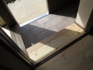 新しい玄関部分、引き戸のアルミサッシ