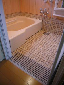 入り口にグレーチィング排水を備えたバリアフリー浴槽