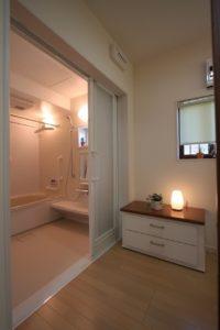3枚引き戸の浴室入り口 もちろんバリアフリー