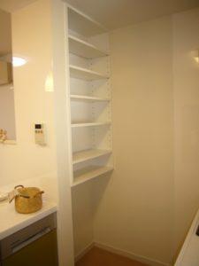 キッチン横の裏からスペース 下部はゴミ箱のスペース