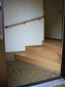 玄関上がり口の高低差が大きかったので階段状の踏み台