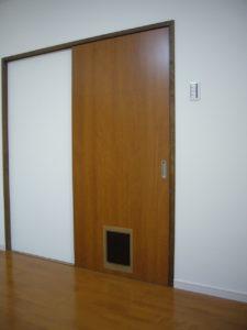 建具に取り付けるペット用ドア