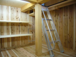 調湿作用のある杉の無垢材で仕上げた床下貯蔵スペース