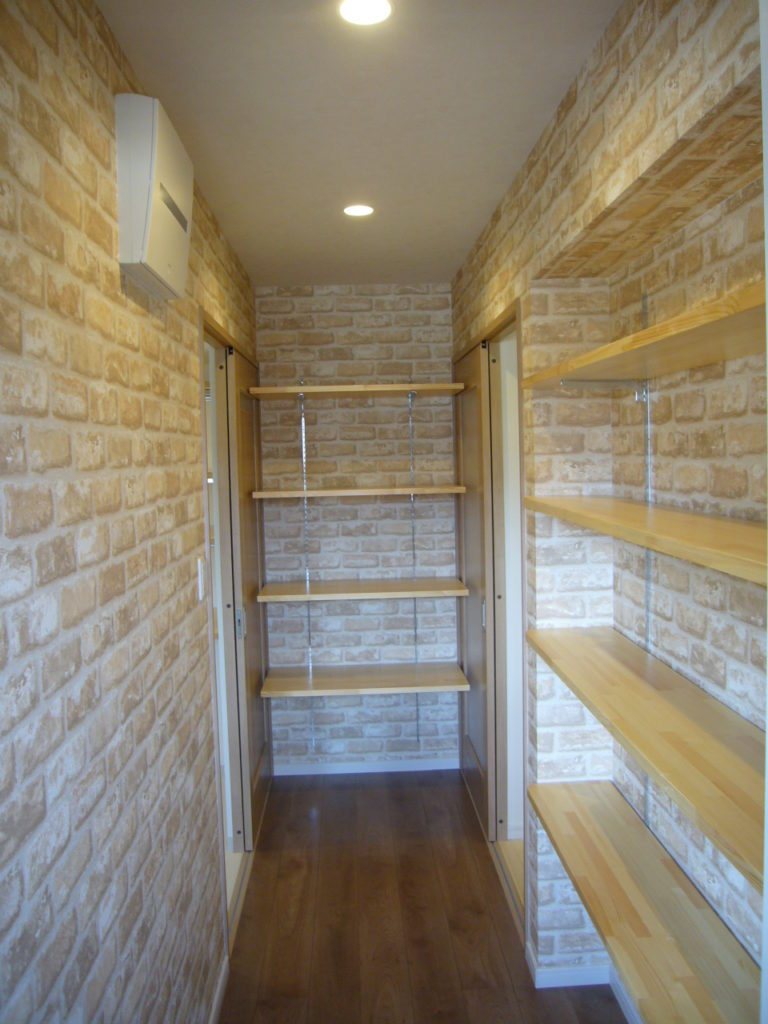 キッチン裏のパントリースペースは、なんでも置ける便利スペース