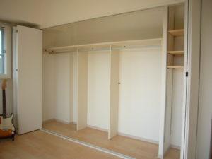 内部は洋服がそのまま収納でき、一目でわかる収納に
