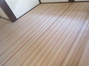 杉の集成材のフロア材も調湿効果が高い床材です