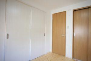 間仕切り建具を壁クロスと同じ白にすると圧迫感がありません