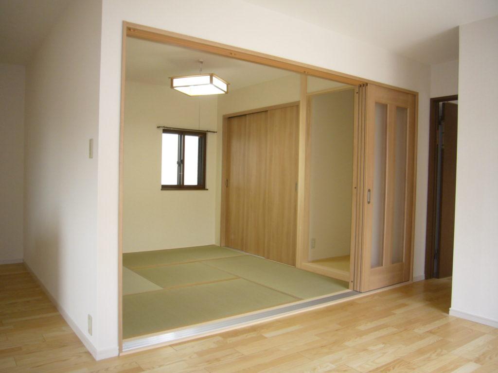 引き戸で2つの空間に分けるリフォーム 一部屋は畳の仕様にした