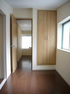 廊下は家具が災害時に通路を防がないようにクローゼットに