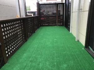 滑らないようにウッドデッキの上に人工芝を敷きつめる